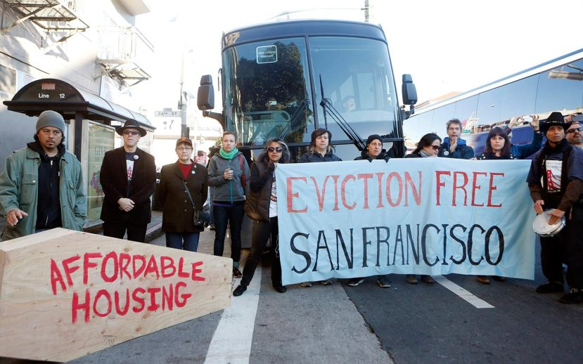 Protesters block a bus full of Apple employees during a protest against rising costs of living in San Francisco, California, December 20, 2013. REUTERS/Beck Diefenbach (UNITED STATES - Tags: POLITICS BUSINESS EMPLOYMENT CIVIL UNREST)